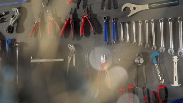 vídeos y material grabado en eventos de stock de disparo a cámara lenta de herramientas de bicicleta a través del funcionamiento interno de una bicicleta de montaña - herramienta de mano