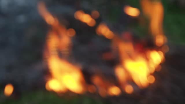 zeitlupenschuss des lagerfeuers - brennbar stock-videos und b-roll-filmmaterial
