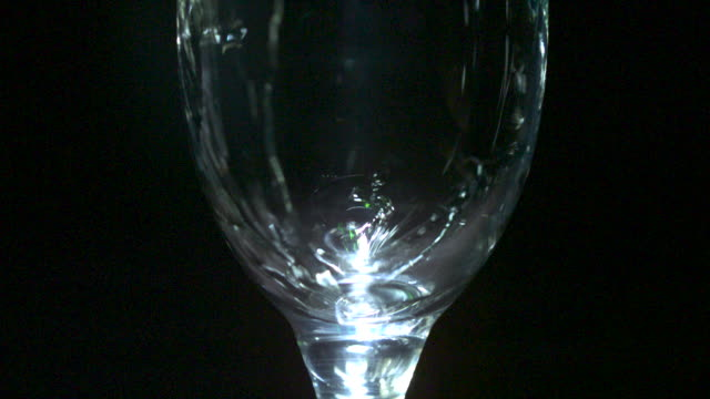 vidéos et rushes de slow motion shot of champagne flowing into a glass. - en verre