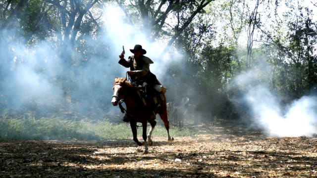 vídeos y material grabado en eventos de stock de disparo a cámara lenta de caballo vaquero que recorre el bosque - arma