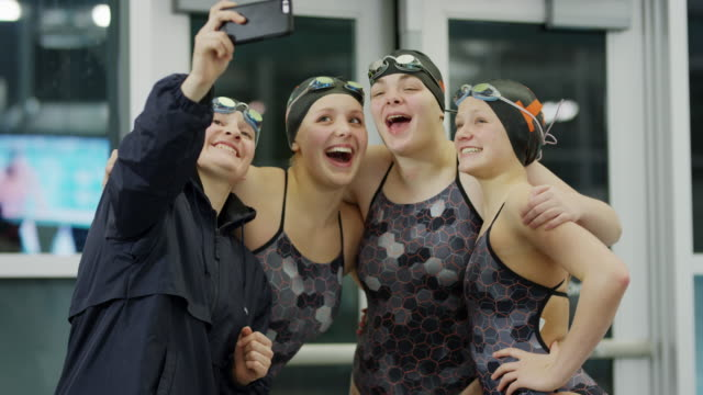 vídeos de stock e filmes b-roll de slow motion shot of girls on swimming team posing for cell phone selfie / provo, utah, united states - provo