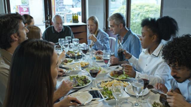 アルゼンチンのパリラレストランで食事を食べる大家族のスローモーションショット - アルゼンチン点の映像素材/bロール
