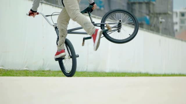 vídeos de stock e filmes b-roll de slow motion shot of man with bmx. - corrida de bicicleta