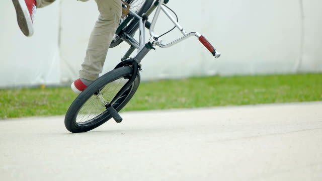 bmx をもつ男のスローモーション撮影。 - スタントバイク点の映像素材/bロール