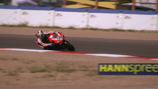 slow motion shot of motorcycle racers turning at a curve - lehnend stock-videos und b-roll-filmmaterial