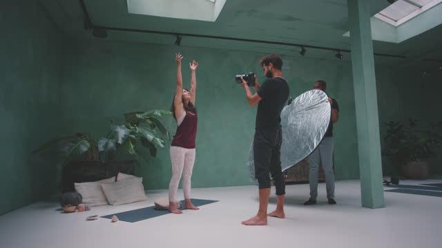 vídeos y material grabado en eventos de stock de slow motion shot of photographer photographing woman during yoga - otros temas
