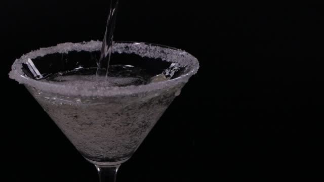 stockvideo's en b-roll-footage met langzame motie die van het gieten martini in een martiniglas wordt ontsproten - hd format