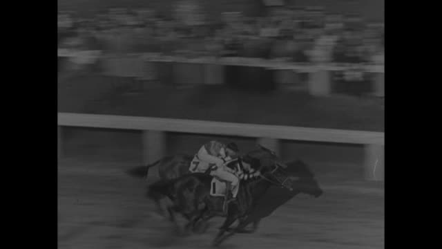 vidéos et rushes de slow motion shot of racehorse war admiral with jockey charles kurtsinger riding crossing finish line before pompoon with jockey wayne d wright riding... - maryland état