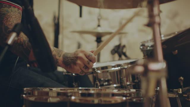 vídeos y material grabado en eventos de stock de slow motion shot of rock band recording in studio. - bandas de rock and roll