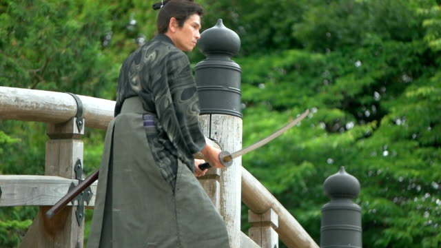 vídeos de stock e filmes b-roll de slow motion shot of samurai fighting on the bridge. - samurai