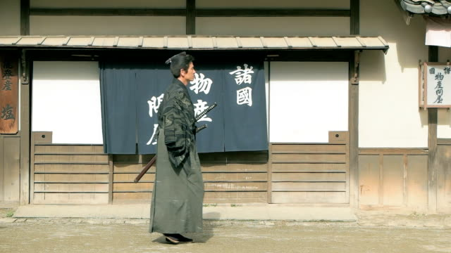 vídeos de stock e filmes b-roll de slow motion shot of samurai walking. - samurai