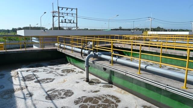 strömungsschuss der abwässer in der kläranlage in kläranlage - glitschig stock-videos und b-roll-filmmaterial
