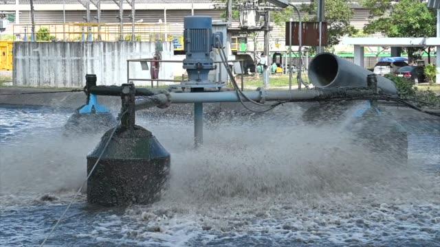 slow motion skott av avlopps vatten i vattenrenings processen i avlopps renings verket - slimy bildbanksvideor och videomaterial från bakom kulisserna