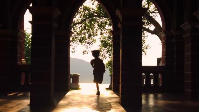 slow motion schuss von silhouette kind läuft auf die kamera - südostasien stock-videos und b-roll-filmmaterial