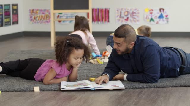 vidéos et rushes de un coup au ralenti du temps de l'histoire à un jardin d'enfants - centre culturel