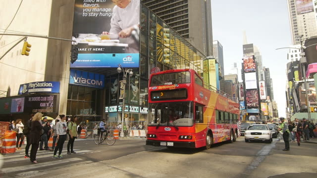 stockvideo's en b-roll-footage met slow motion shot of tour bus in times square, new york city - dubbeldekker bus