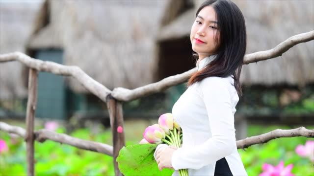 vídeos y material grabado en eventos de stock de tiro de cámara lenta de mujeres de vietnam mantenga lotus en campo de lotus, vietnam - posa del loto