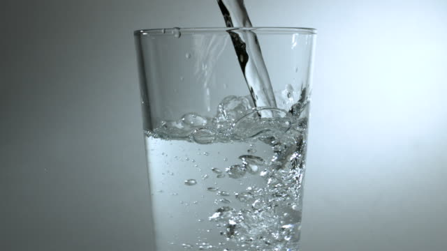 vídeos y material grabado en eventos de stock de slow motion shot of water being poured into a glass. - sediento