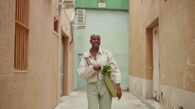 slow motion shot of woman with grocery bag walking in an alley - einzelne frau über 30 stock-videos und b-roll-filmmaterial