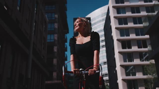 vídeos de stock e filmes b-roll de slow motion shot of woman with racing bike in city - ficar de pé