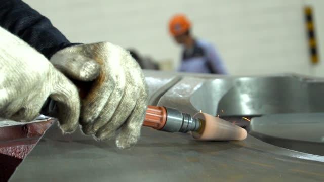 vidéos et rushes de tir au ralenti du travailleur utilisant le broyeur industriel - manufacturing occupation