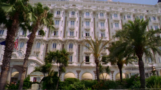 vidéos et rushes de slow motion side car point of view carlton hotel with people on sidewalk + parked cars in foreground / cannes, france - palace