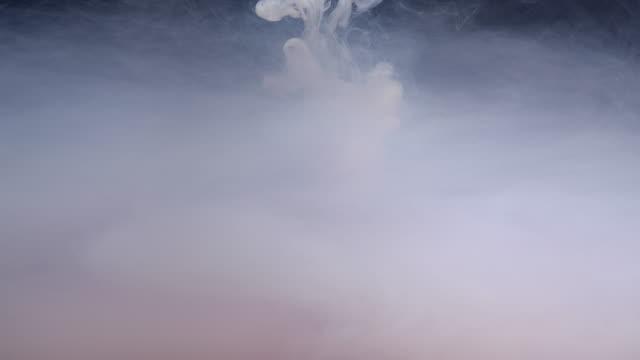 slow motion rök moln flytande färg bläck i vatten - minimalistisk stil bildbanksvideor och videomaterial från bakom kulisserna