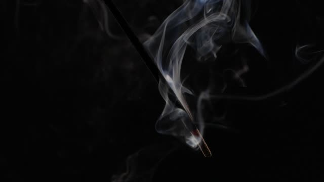 vídeos de stock e filmes b-roll de slow motion smoke from aromatherapy stick - buddhism