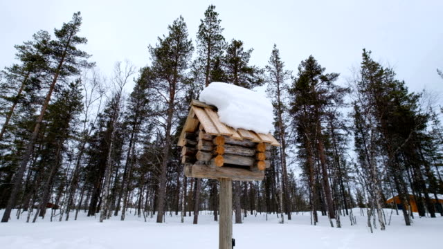vídeos de stock e filmes b-roll de slow motion : snowy wooden mailbox on small town street. winter of lapland - letterbox