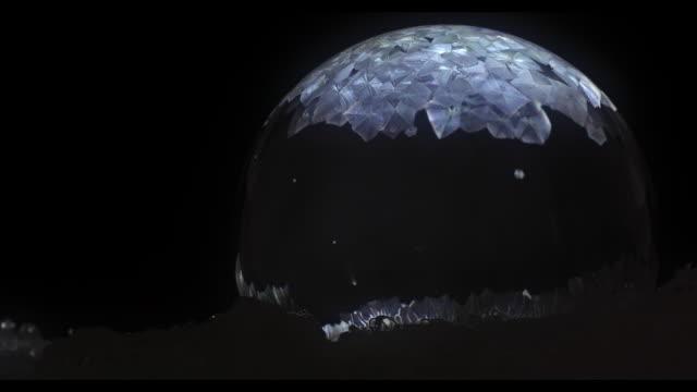 黒背景の上を破壊する frizzing スローモーション シャボン玉 - 凍った点の映像素材/bロール