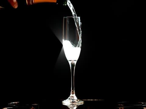 スローモーションスパークリングシャンパンでの乾杯 - シャンペンフルート点の映像素材/bロール
