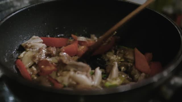 zeitlupe: gewürze kochen: gemüse kochen mit feuer wok pfanne - skillet cooking pan stock-videos und b-roll-filmmaterial