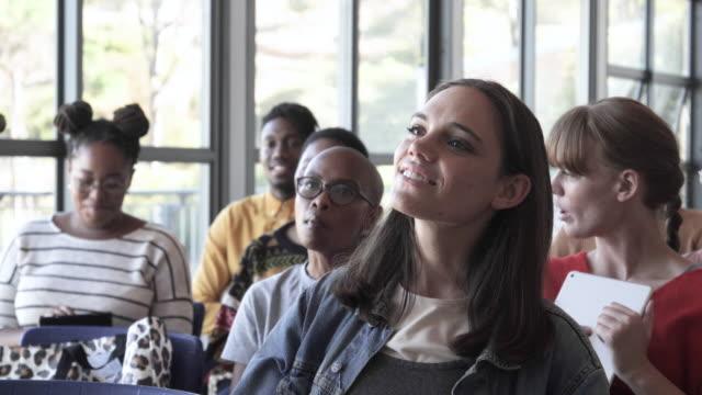 vídeos de stock e filmes b-roll de slow motion, students listen to professor in college - geração millennial