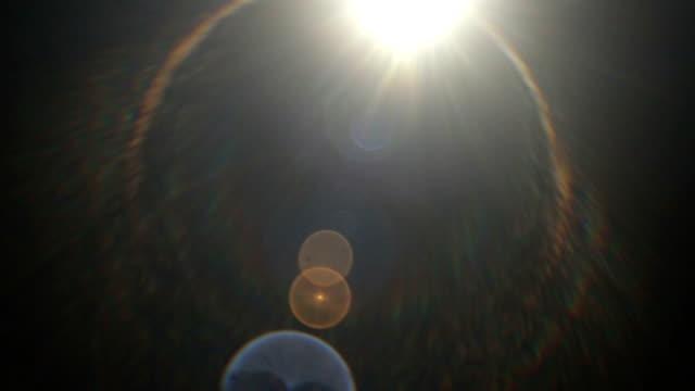 黒の背景にスローモーションサンビームフィルム効果 - 燃焼煙突点の映像素材/bロール