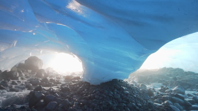 vidéos et rushes de slow motion: swift streams in amazing ice cave, mendenhall glacier, alaska - givre