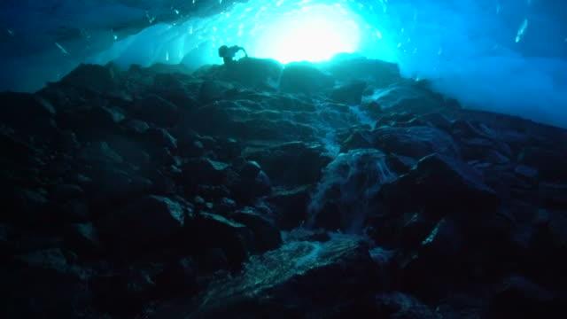vidéos et rushes de slow motion: taking pictures in beautiful blue ice cave, mendenhall glacier, alaska - givre