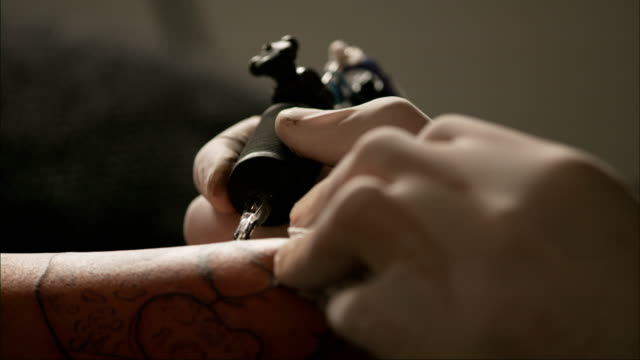 stockvideo's en b-roll-footage met slow motion tattoo - tatoeage