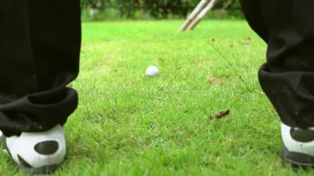 スローモーション: ティー ショットに従うプレーヤー - hitting点の映像素材/bロール