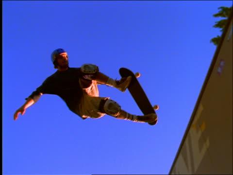 slow motion teen boy skateboarding on ramp - un ragazzo adolescente video stock e b–roll