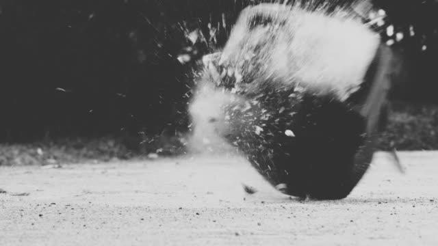 vidéos et rushes de slow motion: télévision casser sur sol - destruction