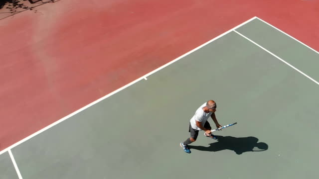 vidéos et rushes de joueuse de tennis de slow motion - terrain de sport sur gazon
