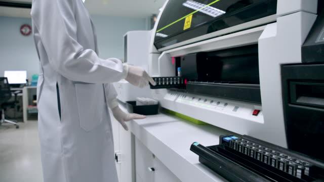 provette al rallentatore 4k con sangue all'interno. ricerca scientifica sul sangue in vitro con l'attuale tecnologia medica - esami del sangue video stock e b–roll
