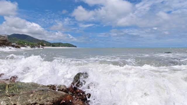 vídeos de stock e filmes b-roll de slow motion tide rising rocky beach ko lanta tropical island - mar de andamão
