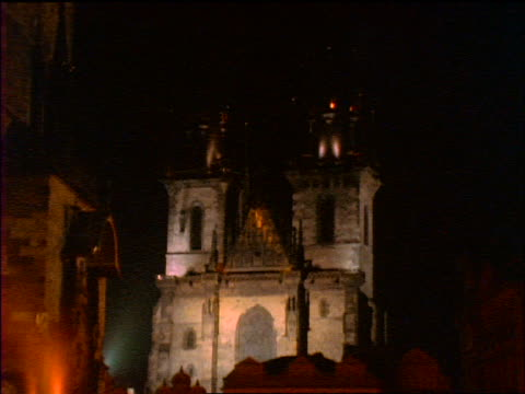 slow motion tilt up + tilt down old town square + tyn church at night / prague, czech republic - altstädter ring stock-videos und b-roll-filmmaterial
