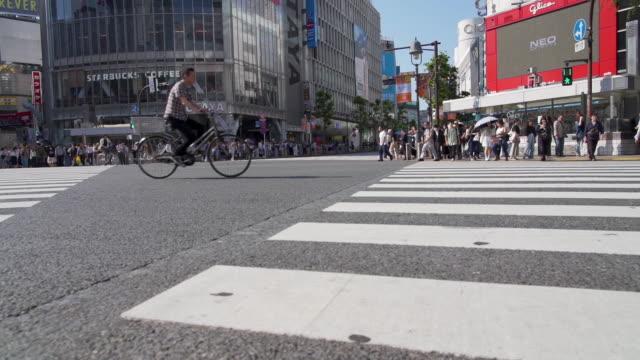 スローモーション 東京で渋谷を横断する人々のビデオを傾ける - 店頭点の映像素材/bロール