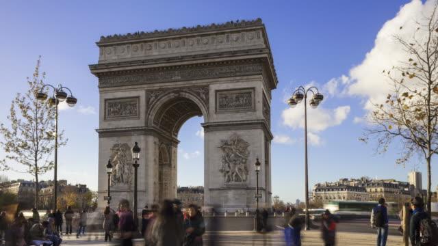 vidéos et rushes de slow motion time lapse of tourists with arc de triomphe in background - arc élément architectural