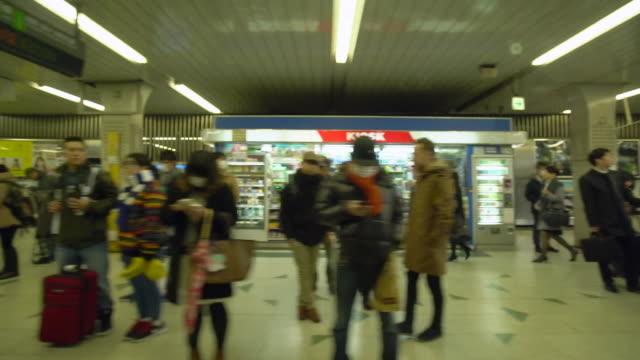 vídeos de stock, filmes e b-roll de ws slow motion pov train coming into a busy station in tokyo - estação