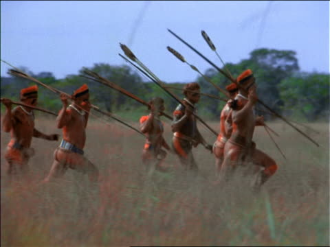 vídeos y material grabado en eventos de stock de slow motion tribe of native men holding spears + running / amazonas, brazil - cultura indígena