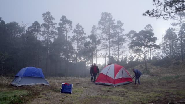 vídeos y material grabado en eventos de stock de slow motion: two small tent & three people outdoors - tienda de campaña