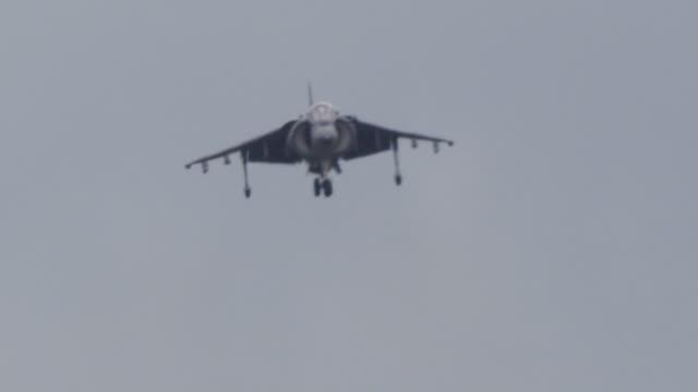 vidéos et rushes de slow motion us marine harrier jump jet approaches for landing. - tour de contrôle